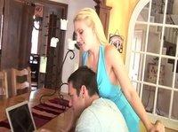 Развратной даме пришлось отвлечь парня от ноутбука