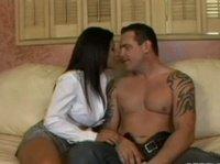 Красивая азиатка приглянулась чуваку с татухами на плечах
