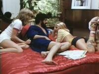 Бородатый чел веселится в кровати с блондами