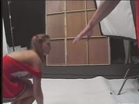Прикольная мамзелька в красном костюме чирлидерши
