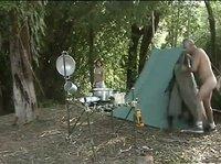 Зрелые любители кемпинга ебутся в лесу