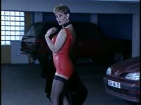 Скинула с себя шубку и трахнулась на подземном паркинге