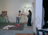 Страстная модель позирует перед художником