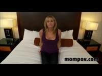 Зрелая женщина занимается сексом с хорошеньким оператором