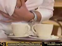 Официантка прикалывается с посетителей кафе