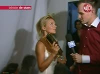 Журналист берёт интервью у симпатичной блондинки