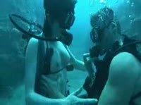 Секс аквалангистов под водой на глубине десяти метров