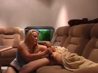 Монотонная мастурбация светловолосой лентяйкой