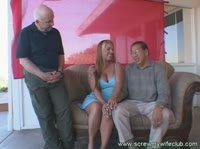 Старик с корешом глядят как дрючат его симпотичную жёнушку